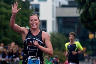 Lotte Miller kunne juble over å ha tatt NM-gull på normaldistansen i triatlon. (Foto: Kai-Otto Melau/TriQuart)