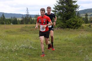 Sjusjøen-ambassadør Petter Soleng Skinstad med Morten Sætha i hælene på den lengste distansen i fjorårets utgave av Sjusjøløpet.