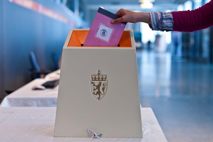 Valgurne og stemmeseddel_895x596
