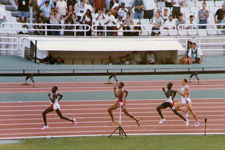 Vebjørn Rodal (i hvitt) løper inn til 5. plass i finalen på 800 m under VM i 1997. I London, 20 år senere, er han ekspertkommentator for NRK. (Alle foto: Bjørn Johannessen)