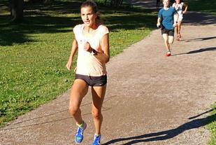 Sigrid Jervell Våg holder unggutta bak seg og løper inn til meget sterke 10.56