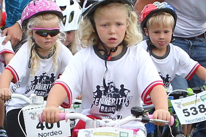 Start: Med stort alvor satte de aller minste barna seg i bevegelse med startnummer på sykkelen. (Foto: Kjell Vigestad)