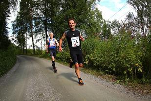 Comeback-Bakkerolfen foran Ola Mellem (Foto: Bjørn Hytjanstorp)