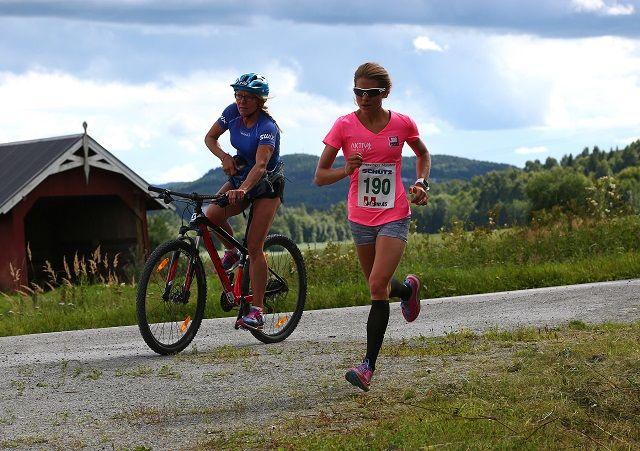 Karoline Moen Guidon med mor Anita på hjul inn til seier på halvmaraton under Kongsvinger Maraton i fjor. (Foto: Bjørn Hytjanstorp)