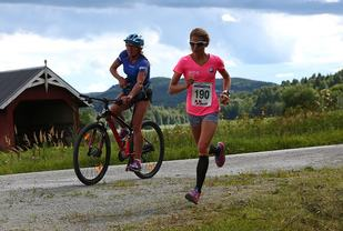 Karoline Moen Guidon med mor Anita som support 1 km før mål på sin imponerende debut på halvmaraton. (Foto: Bjørn Hytjanstorp)