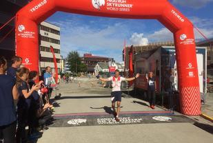Jonathan Albon løper i mål som vinner av Hamperokken SkyRace. (Foto: Arrangøren)