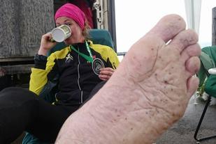 Øyunn kan  endelig hvile bena, etter mer enn 128 timer i konkurransemodus. (Foto: Arrangøren)