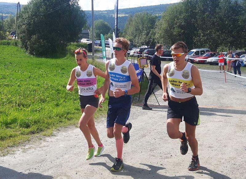 LEDERTROIKAEN: Ledertrøyene viser at her jaktstarter Vegard Sivertsgård, Ingeborg Nordaune og Magnus Myran på Hardhausen, 23 kilometer der de første to kilometrene er bratt motbakke. (Arrangørfoto)