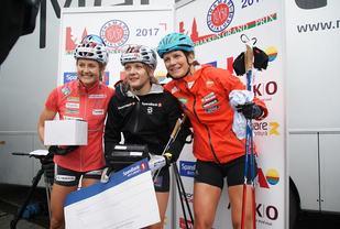 Fra v. Ingvild Flugstad Østberg, Maiken Caspersen Falla og  Katja Visnar på premiepodiet etter finalen. (Foto: Stein Arne Negård)