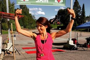 Jeanette Vika jubler over å ha fullført det første Hof Toppers 75 km i 2015 (4. plass). I fjor vant hun, og i år er hun med for 3. gang. (Foto: Arrangøren)