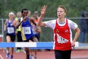 Fredrik Sandvik fra Askim IF jubler over å gå inn til NM-tittel på 3000 meter hinder