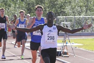 Thomas Byrkjeland vinner 1500 meter i yngste klasse i junior-NM med en god spurt.