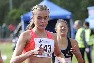 Amalie Sæten spurtbeseirer Mina Marie Anglero på 800 meter i junior-NM.