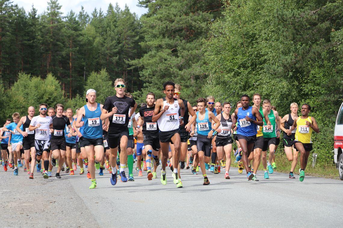 Starten med over 200 løpere på Eggemoen. (Foto: Hans Edgard Rakeie)