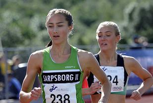 Karoline Skauen i tet på 3000 meter. Her er Camilla Ziesler fremdeles med, men hun brøt etter hvert.