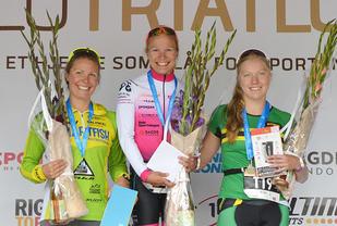 Heini Hartikainen (midten) vant den olympiske distansen foran Julie Flakne Andresen (til venstre) og Kaja Bergwitz-Larsen. (Foto: Inger Heiberg Woxholtt)