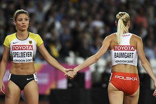 Tyske Ruth Sophia Spelmeyer og polske Iga Baumgart ønsker hverandre lykke til før semifinalen på 400 m. Men dessverre kom ingen av dem videre til finalen. (Foto: Bjørn Johannessen)