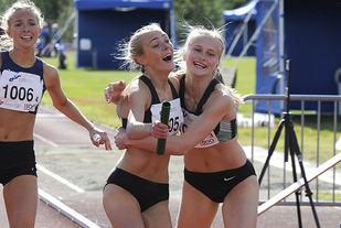Stor glede i Sandnes-laget da de vinner stafetten. Camilla Ziesler som løp sisteetappen gratuleres av lagvenninne Liv Storhaug.