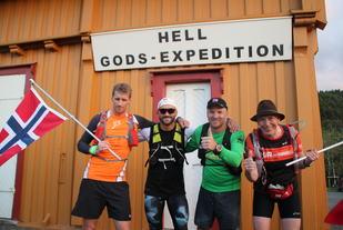Arild Moen (t.v), Kai Hansen, Lars Erik Gylland og Paul Håkon Almås kunne heise flagget etter å ha løpt 100 kilometer i strekk lørdag. (Foto: Jon Håkon Slungård)