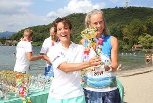 Kristine får pokalen av arrangøren etter å ha vunnet Orta 10 in 10. (Foto: Arrangøren)