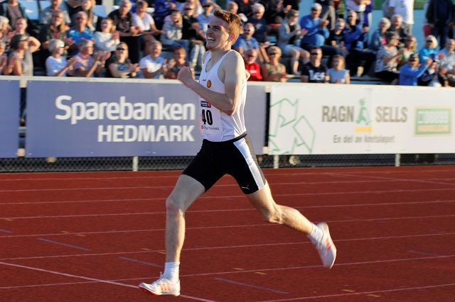 Marius Vedvik spurter inn til seier på Hamar på 8.01.81, hans 3. beste resultat på distansen. (Foto: Rolf Bakken)