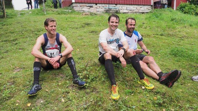 De tre beste herrene slapper av ved Sagstua etter målgang, fra venste Frode Stenberg, David Gottfridsson og Jan Andreas Edstrøm. (Foto: Miljøprosjekt Ljanselva)