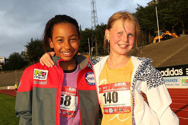 Isabel Hannisdal og Emma Sofie Christophersen er godt fornøyde etter å ha løpt 5 km i Sommerkarusellen.