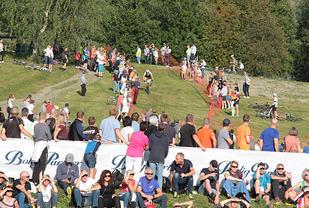 I de siste bakkene ned mot mål ble vinneren møtt av en stort antall tilskuere som koste seg i det fine været.