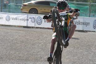 Som vanlig var det mye energi og ståpåvilje i UngdomsBirken og det var flere måter å krysse mållinjen på. Her er det Håkon Wedum som krysser mållinjen på en frisk måte.