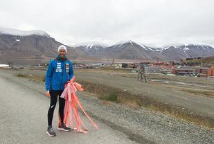 Jimmy Vika, daglig leder i Right To Play, har lagt ut på sitt livs løpetur. Her fra merking av løypa på Svalbard søndag kveld. I dag, mandag, starter han maraton-prosjektet i Longyearbyen. (Foto: Thora Ingeborg Dystebakken)