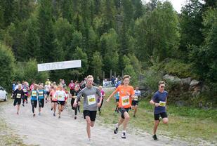 Starten på 10 km har akkurat gått, og vi ser herrevinner Vebjørn Hovdejord helt til høyre. (Foto: arrangøren)