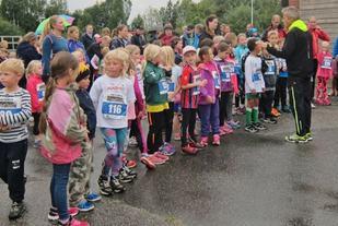 Været var ikke perfekt, men det forhindret ikke at det var over 100 barn på startstreken i Langtrampen. (Foto: Arrangøren)