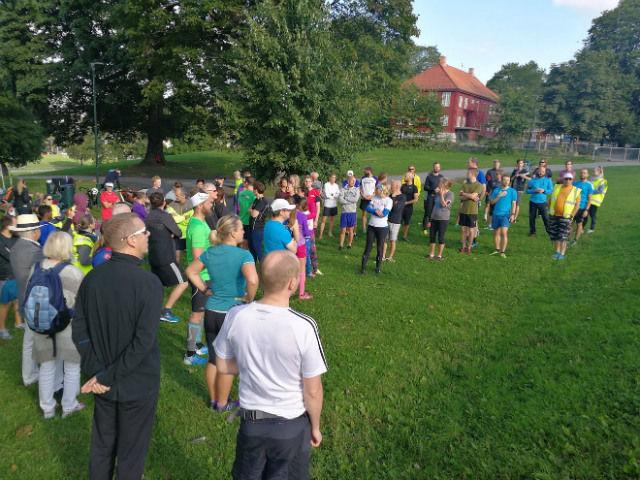 Mye folk også på det andre parkløpet i Tøyenparken. Foto: Heming Leira