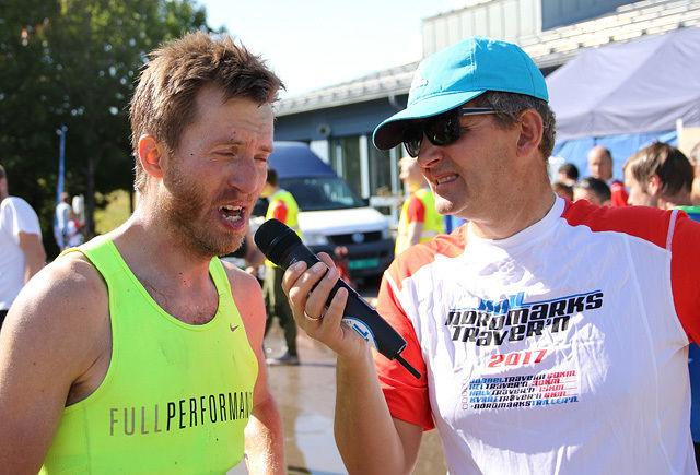 Nordmarkstraver'ns speaker foretar seiersintervjuet med Rune Olsen. (Foto: Runar Gilberg)