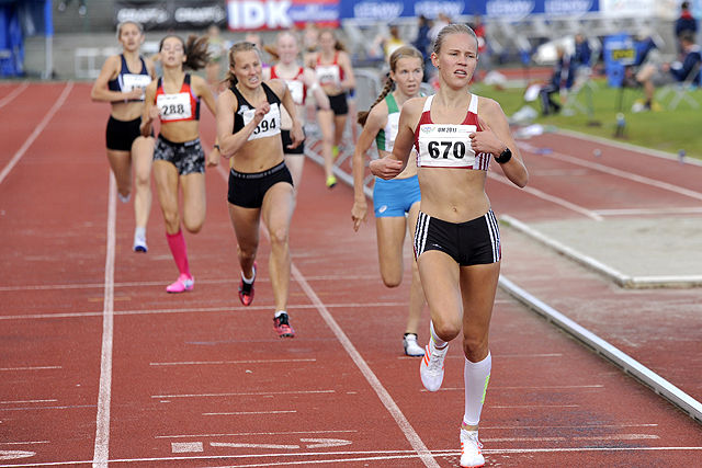 Pernille Antonsen spurter inn til sitt første UM-gull på 800 meter.