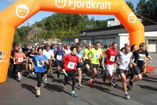 Starten har gått i Larvik. Stafettlag og enkeltløpere legger ut på ferden mot Tønsberg.