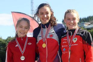 Premiepallen på 3000 meter for jenter 16 år: Emilie Mo, Kristin Svendby Otervik og Thea Austbø.