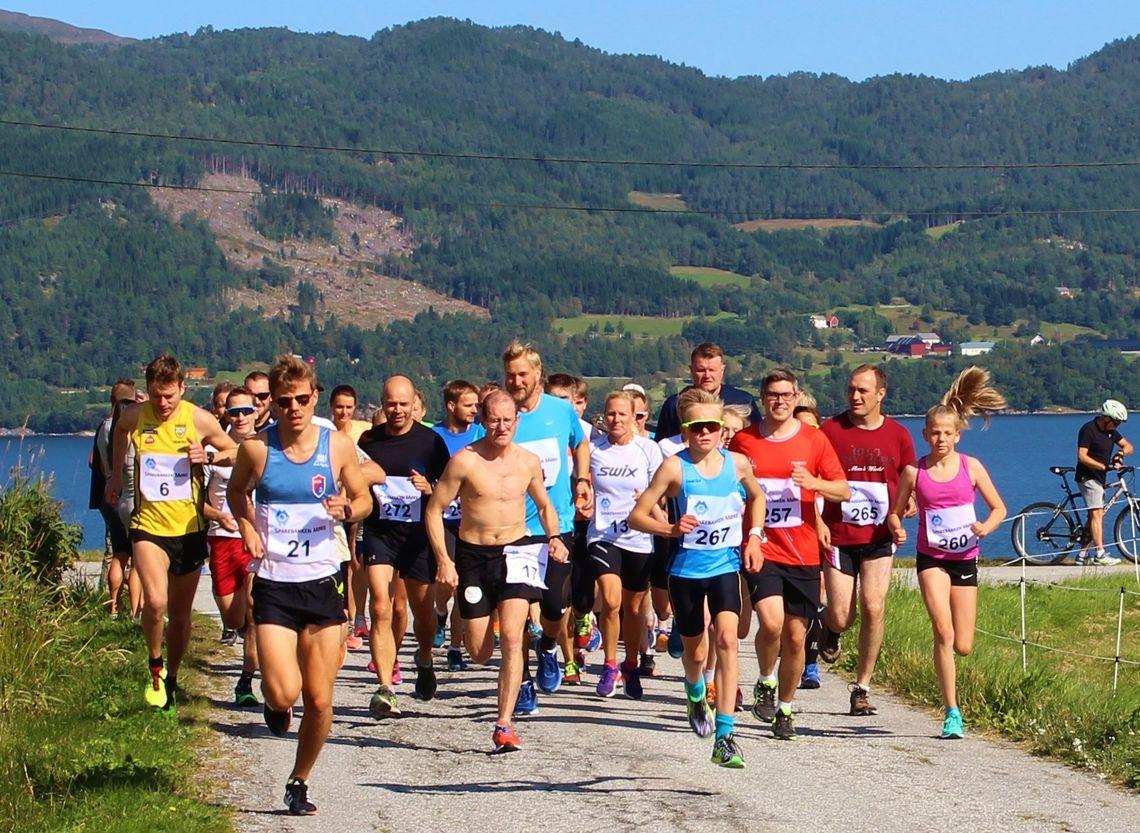 Startbilde der vi ser blant annet vinneren Ola Aspås med nummer 6, andremann Knut Hjertvik med nummer 21 og tredjemann Are Uran med nummer 21. (Foto: Arrangøren)