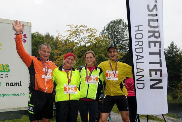 Fra fjorårets 5. løp som gikk rundt Tveitevatnet. Eirik Hvidevoll, Kjersti Pisani, Mona Løvstakken og Normann Natland er alle glade i intervaller.