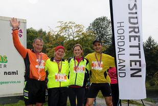 Fra fjorårets 5. løp som gikk rundt Tveitevannet, Eirik Hvidevoll, Kjersti Pisani, Mona Løvstakken og Normann Natland er alle glade i intervaller.