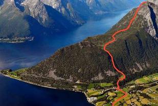 Vi ser ruta inntegnet for Saksaløpet med start fra Kaihuset på Urke. Til venstre ser vi fergestedet Leknes med forbindelse til Sæbø. En annen tilkomst er gjennom Norangsdalen og Øie fra Hellesylt. Foto: Arrangør