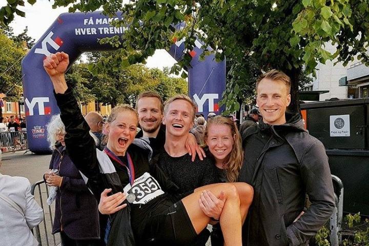 Gledesscenen: Det var stor glede i målområdet da legestudenten Solveig vant Trondheim Maraton og perset med 12 minutter. Her blir hun løftet opp av Halvard Bege Pedersen, mens de andre studievennene f.v.: Sebastian Schaanning, Isebeth Lyse og Lars Jakobsen gleder seg i bakgrunnen. Foto: Privat