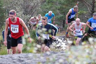 Tormod Vågenes, Haagen Nesse og engelske Leigh Stubbs (477) klatrer oppover etter 2 km. (Foto: Kjell Vigestad)