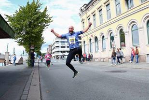 SÅNN vil vil vi se Drammen. I pur løpelykke. (Foto: Bjørn Hytjanstorp)