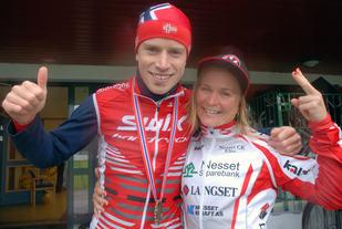 Glade sammenlagtvinnere i årets norgescup terreng maraton – Ole Hem fra Romeriksåsen og Hildegunn Gjertrud Hovdenak, Nesset. Foto : Arrangøren