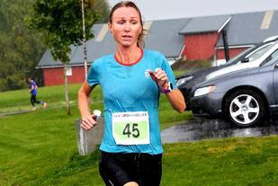 Silje Christiansen vant 800 meter i ABIK-karusellens 8. løp, bildet er fra 7. løp på Råholt. (Foto: Bjørn Hytjanstorp)