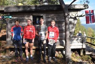 Fire av klassevinnerne samlet på toppen av Seterberget (fra v.): Gro Strand, Tiril Knutsen , Lars Gåsvik Narvestad og Marius Evjebråten. (Arrangørfoto)