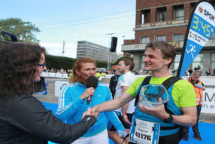 Ragnar Nygård mottok Kondis sin utmerkelse for å ha løpt 100 maraton. Her er han i årets Oslo Maraton som fartsholder og får utmerkelsen fra daglig leder i Kondis Marianne Røhme. Foto: Kjell Vigestad.