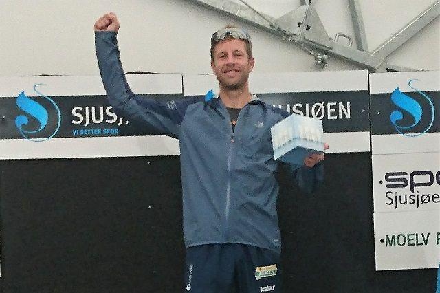 Thomas Pedersen øverst på pallen også etter klasseseier i Sjusjøløpet i sommer. (Foto: Privat)