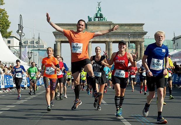 Brandenburger tor: Porten mellom øst og vest i Berlin er kulisse når løperne løper mot mål langs 17. juni-gaten.. (Foto: arrangøren)